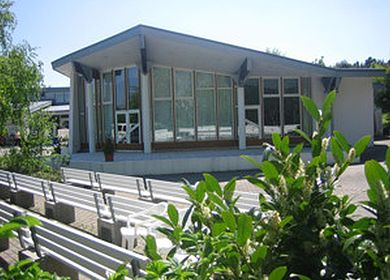 Ferien an der Mosel: Im Außenbereich des Kurgastzentrums in Bernkastel-Kues finden im Sommer häufig Veranstaltungen statt.